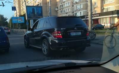 В Киеве видели рядом два Mercedes с одинаковыми номерами